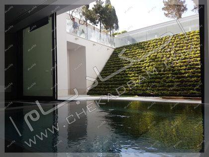 دیوار سبز مدولار شیب دار در حیاط در کنار استخر مجتمع مسکونی