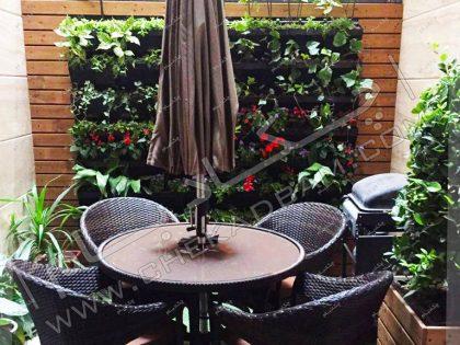تراس کوچک سبز کاشت گل و گیاه در تراس میز و صندلی تراس
