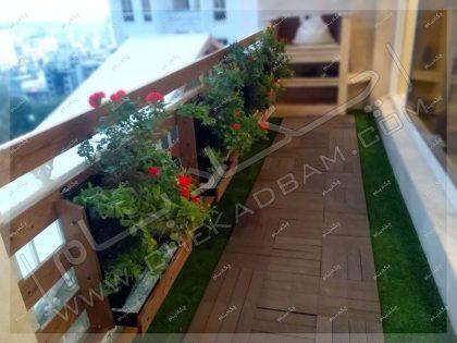 فلاورباکس چوبی و کاشت گل در گلدان لبه تراس سبز فرمانیه تهران