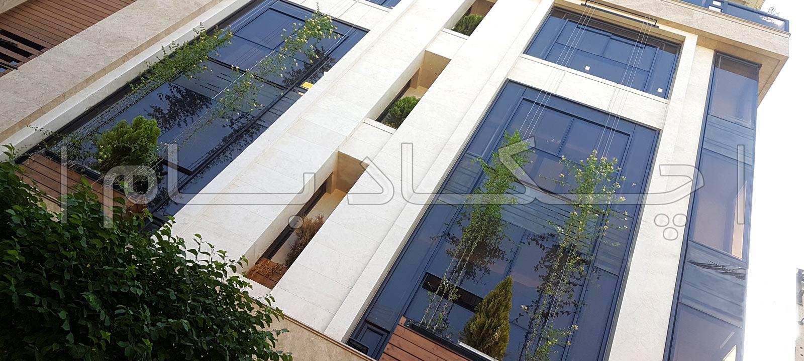 دیوار سبز نمای سبز ساختمان سنگ و شیشه و گیاه و چوب روی نما