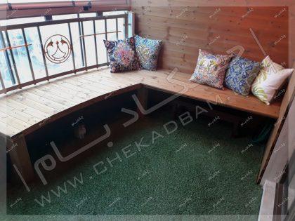 تزئین تراس کوچک با چوب طبیعی نمای نیمکت چوبی و کف چمن در بالکن تهران الهیه
