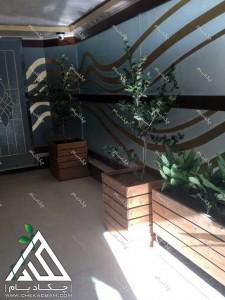 فلاورباکس گلدان چوبی داخلی لابی ساختمان مسکونی کامرانیه تهران گل های آگلونما و درختچه یاس هلندی