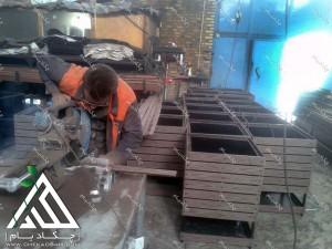 مراحل تولید اقلام سفارشی شهرداری همدان در کارگاه چکادبام شامل گلدان های فضای باز