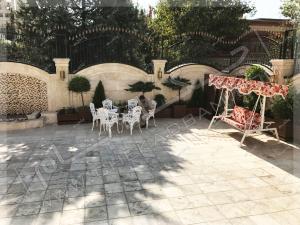 طراحی باغچه پرتابل در حیاط روی سقف پارکینگ تاب فلزی میز و نیمکت محوطه