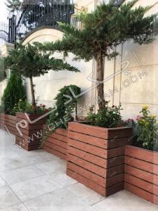 فلاورباکس های چوبی چوب پلاستیک در حیاط روی سقف پارکینگ کاج ستاره ای کامیس پاریس گل ساناز
