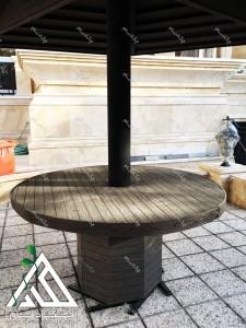 آلاچیق تک پایه چوبی چوب پلاست و میز گرد در حیاط ساختمان مسکونی زرافشان