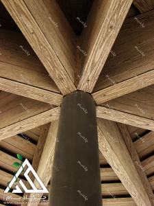 جزییات زیر سقف آلاچیق تک پایه چوبی چوب پلاست در حیاط ساختمان مسکونی زرافشان