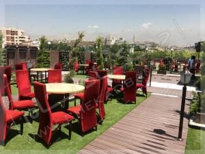 میز و مبلمان بر روی رستوران بام امیرآباد تهران راهروی چوبی و فضای سبز بر روی روف گاردن