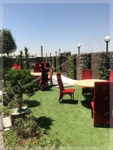 روف گاردن امیرآباد تهران چمن مصنوعی روی پشت بام سبز مبلمان و گلدان و درخت و گل بر روی پشت بام