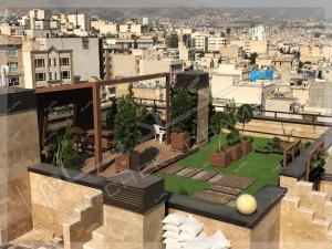 آلاچیق چوبی روی پشت بام پروژه روف گاردن بلوار کاوه تهران