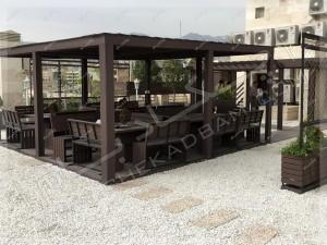 روف گاردن تهران پاسداران آلاچیق و میز و نیمکت و گلدان و گل و درخت روی پشت بام
