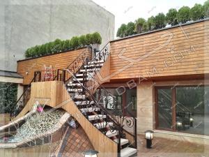 آبنما و نمای چوبی ترموود و درختچه روی پشت بام پروژه روف گاردن زعفرانیه تهران
