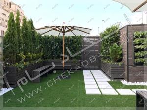 روف گاردن سعادت آباد شامل چمن مصنوعی فلاورباکس های چوبی پرتابل دیوار چوبی چتر آفتابی راهرو سنگی