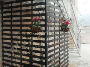 پوشاندن راه پله پشت بام با تایل های چوبی چوب پلاست و گیاه رونده روی روف گاردن