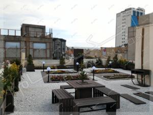 روف گاردن بام سبز تبریز شن تزئینی راه رو کف چوبی میز و نیمکت فضای باز گلدان و باغچه و درختچه بر روی پشت بام