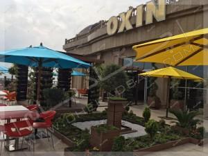 تراس سبز مجتمع تجاری اکسین شمال آمل چتر برزنتی محوطه میز و نیمکت و آبنما چوب پلاستیک