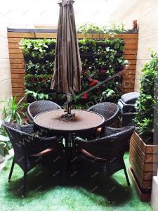 گلدان های دیواری و میز و نیمکت در تراس کوچک سبز درکه تهران