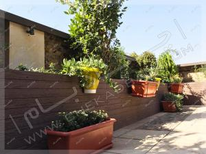 کاشت درخت و درختچه و گل و گیاه در فلاورباکس های چوبی در تراس