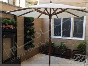 تراس سبز گیشا تزئین تراس کوچک با گلدان و گیاهان مناسب تراس و بالکن و چتر آفتاب گیر