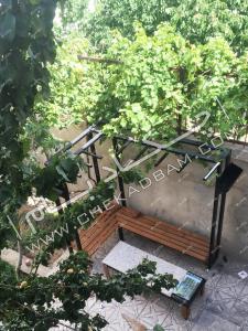 طراحی فضای سبز و فضای نشیمن حیاط نیمکت چوبی همدان