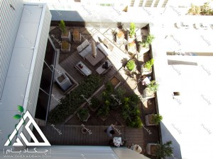 طراحی فضای سبز تراس کرج در حین اجرا شامل فلاورباکس گل درخت گلدان چتر و میز و نیمکت محوطه و آبنما