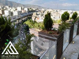 کاشت گیاه در فلاورباکس لبه تراس تالار صدر تهران