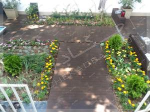 نمای حیاط با کف سازی چوبی متریال چوب پلاستیک و طراحی باغچه ها الهیه تهران