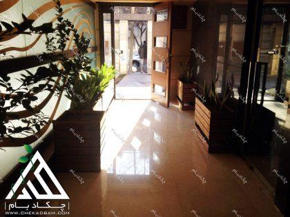 طراحی لابی سبز کامرانیه تهران به وسیله فلاورباکس و گلدان های چوبی داخلی