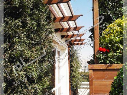 دیوار سبز مدولار در تراس نیاوران پرگولای چوبی ترموود و گلدان گل در تراس