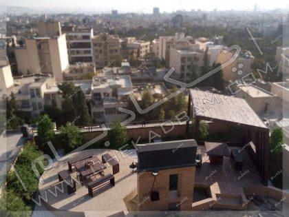 نمای بالا از روف گاردن دادمان تهران شامل آلاچیق میز و نیمکت و گل و گیاه روی پشت بام