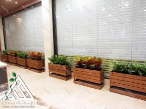 طراحی داخلی سبز کافه ویونا سعادت آباد فلاورباکس چوبی داخلی گل آگلونما کروتن