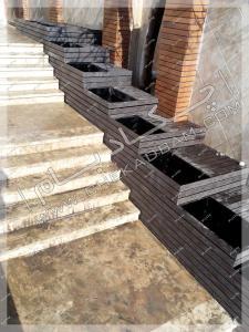 فلاورباکس های چوبی طبقاتی کنار پله حیاط ویلا باغچه های پرتابل محوطه سازی  حیاط لواسان