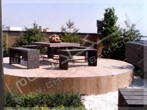 میز و نیمکت و آتشدان و گل و گیاه روی پشت بام