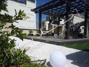 روف گاردن فرمانیه پرگولای چوب پلاست چمن مصنوعی شن تزئینی گیاه و درختچه روی پشت بام