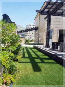 نمای سبز پشت بام ترکیب چمن مصنوعی و گیاه و درختچه طبیعی