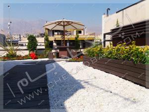 راهروی چوبی و فلاورباکس و گیاه روی پشت بام تهران
