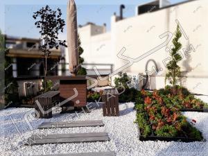 فلاورباکس و میز و نیمکت و چتر روی پشت بام روف گاردن تهران