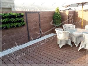 کف پوش و دیوار چوب پلاستیک، دیوار سبز و میز و صندلی فضای باز روی پشت بام