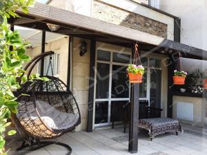 تزئین تراس و سایه بان چوبی و میز و تخت سنتی در تراس