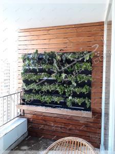 عکس تراس کوچک سبز شهرک غرب بعد از اجرای چکادبام دیوار سبز چوب ترمووود و گل
