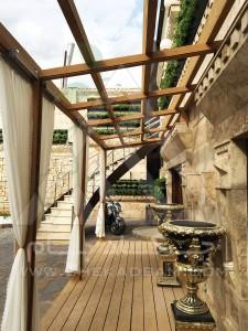 طراحی تراس تالار پذیرایی تهرانپارس چتر آفتابی دیوار سبز فلاورباکس آلاچیق